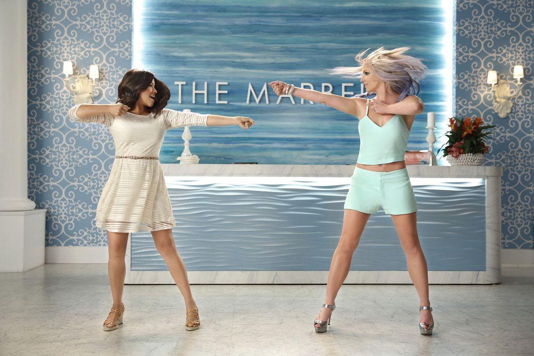 Wahr oder nur ein Traum? Britney Spears (Britney Spears, r.) und Jane (Gina Rodriguez, l.) ... - Bildquelle: Greg Gayne 2015 The CW Network, LLC. All rights reserved.