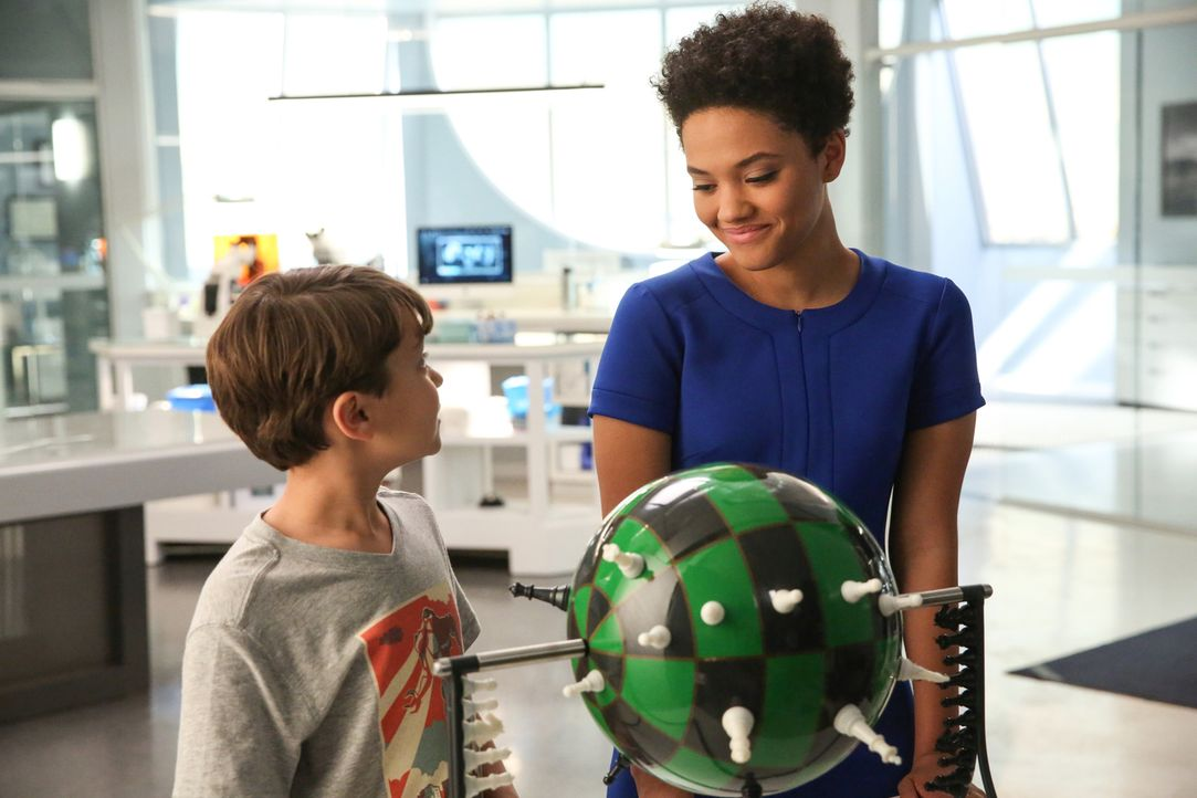 Während Ethan (Pierce Gagnon, l.) mit einzelnen Erinnerungsfetzen zu kämpfen hat, beginnt Lucy (Kiersey Clemons, r.) einige Dinge infrage zu stellen... - Bildquelle: Michael Yarish 2015 CBS Broadcasting Inc. All Rights Reserved.