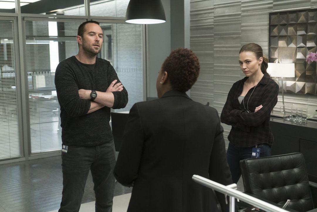 Während FBI-Bürochefin Mayfair (Marianne Jean-Baptiste, M.) sofort grünes Licht für eine heikle Operation gibt, haben Ali (Trieste Kelly Dunn, r.) u... - Bildquelle: Warner Brothers
