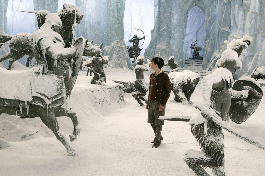 """Die geheimnisvolle Welt """"Narnia"""" hält für Edmund Pevensie (Skandar Keynes) und seine Geschwister viele Überraschungen bereit ... - Bildquelle: Disney Enterprises. All rights reserved"""