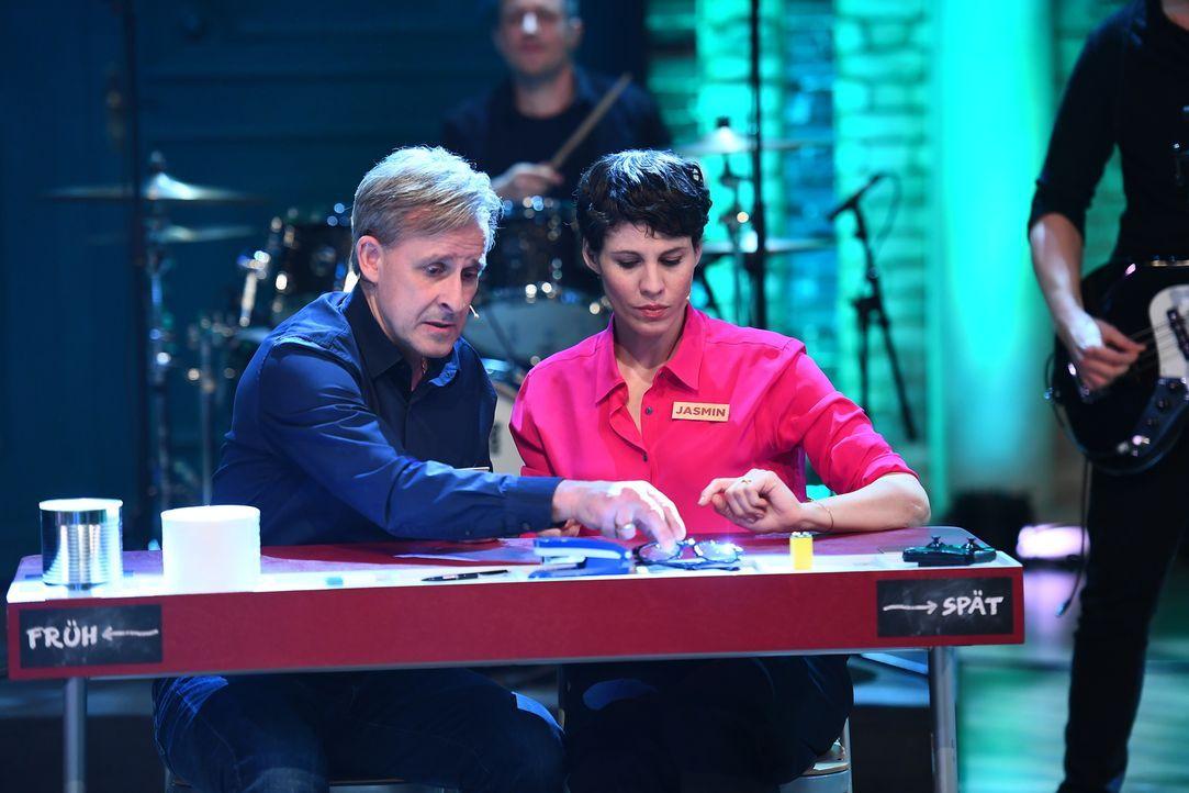 Rätsel-Spaß im Studio: Pierre Littbarski (l.) und Jasmin Gerat (r.) rauchen die Köpfe. - Bildquelle: Willi Weber Sat.1/Willi Weber