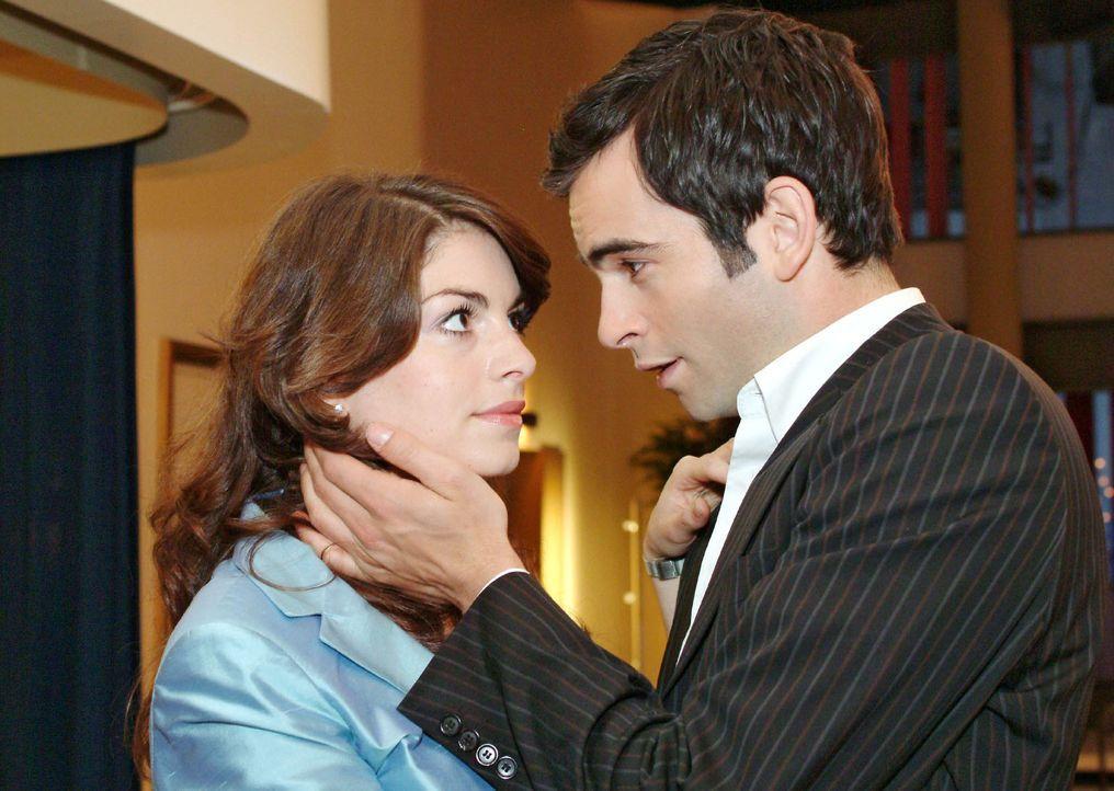 David (Mathis Künzler, r.) schlägt der sprachlosen Mariella (Bianca Hein, l.) einen Hochzeitstermin vor. - Bildquelle: Sat.1
