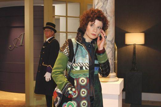 Emily Körner (Anna Schäfer) leidet sehr unter dem ständigen Telefonterror. -...