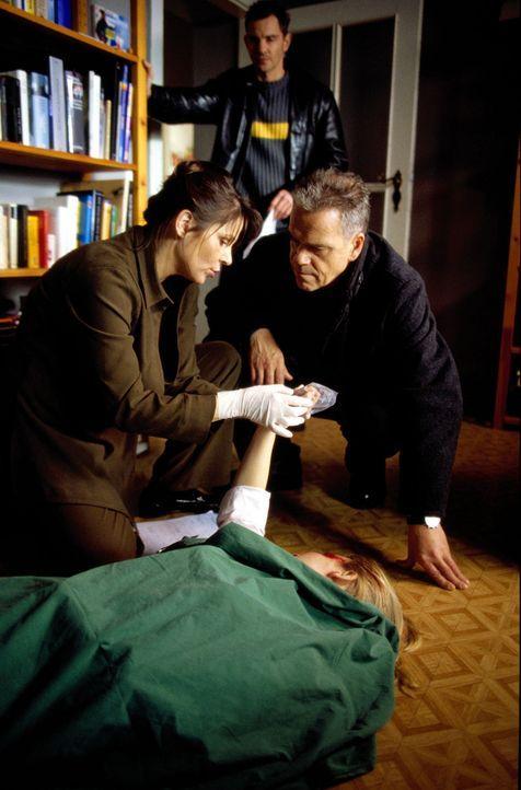 Kommissar Wolff (Jürgen Heinrich, r.) und Tom Borkmann (Steven Merting, hinten) kommen zu spät. Die Ärztin (Adelheid Kleineidam, l.) kann nur noch d... - Bildquelle: Leslie Haslam Sat.1