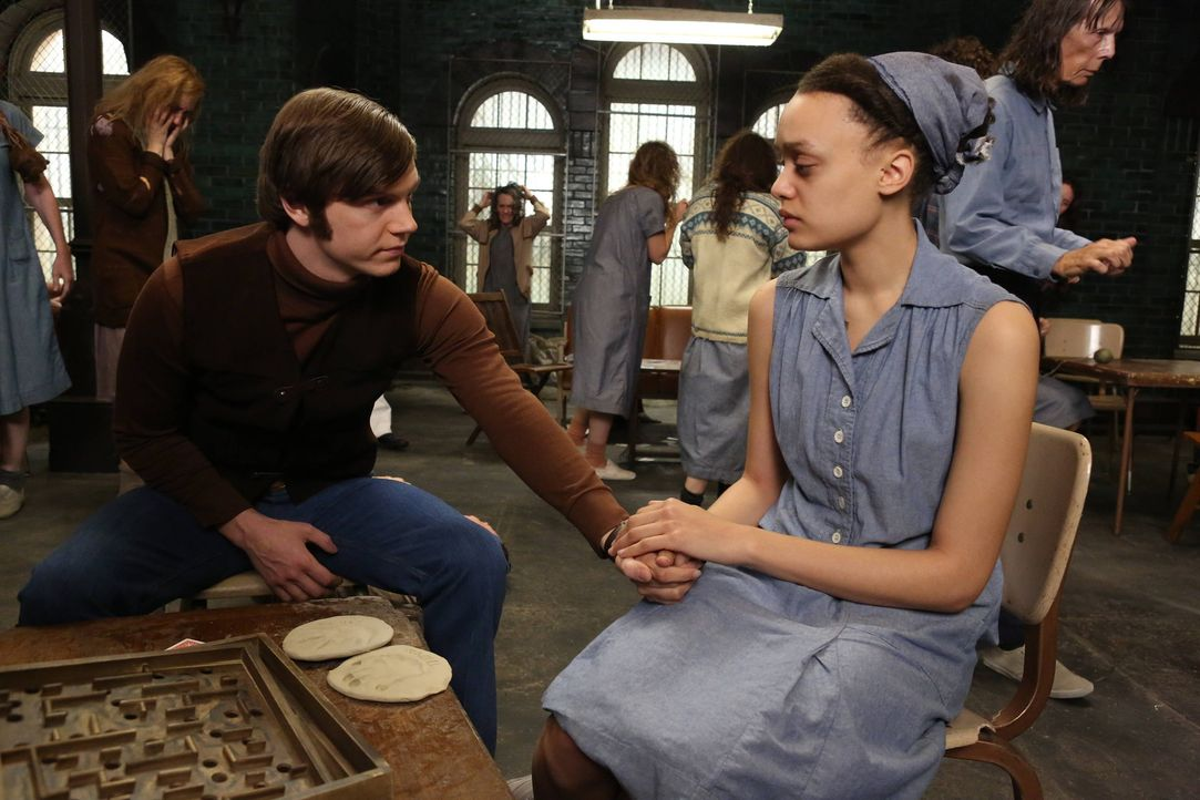 Kit Walker (Evan Peters, l.) besucht Alma (Britne Oldford, r.) in Briarcliff ... - Bildquelle: 2012-2013 Twentieth Century Fox Film Corporation. All rights reserved.