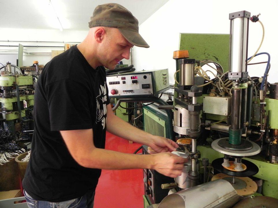 Schallplatten sind Schnee von gestern? Nein, sagt Andreas Bauer aus Tiefenbach. Bei ihm steht Vinyl-Granulat säckeweise im Lager und der Unternehme... - Bildquelle: kabel eins