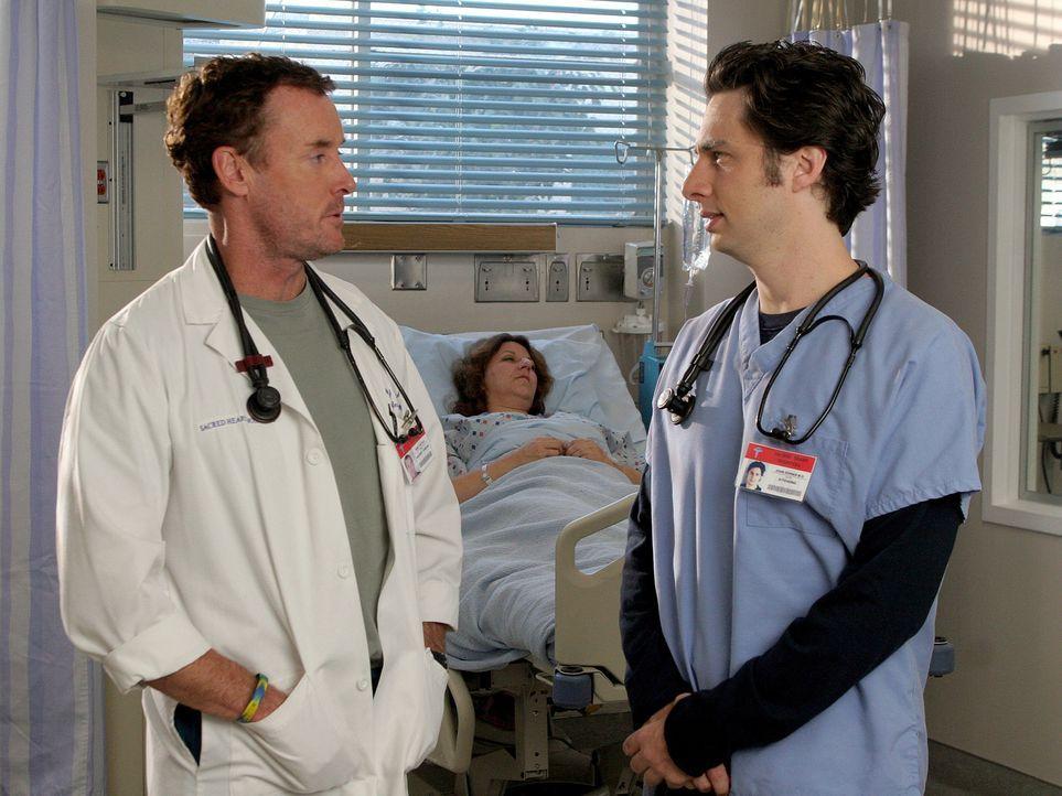 Während Dr. Cox (John C. McGinley, l.) besuch von seiner gläubigen Schwester bekommt, hat J.D. (Zach Braff, r.) ein ganz anderes Problem - er soll d... - Bildquelle: Touchstone Television
