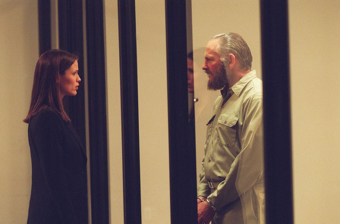 Als Sydney (Jennifer Garner, l.) nach ihrer Abwesenheit nach ihrem Vater (Victor Garber, r.) fragt, erfährt sie, dass er seit fast einem Jahr in Ei... - Bildquelle: Touchstone Television