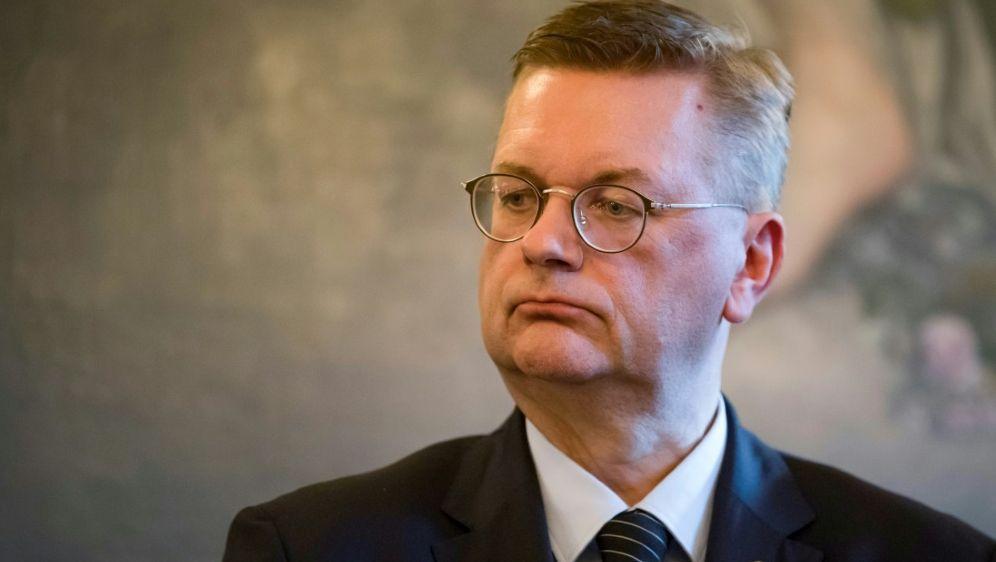 DFB-Präsident Reinhard Grindel übt Kritik - Bildquelle: AFPSIDTHOMAS SAMSON