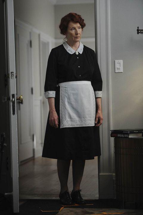 Kurz nachdem die Harmons neu in das alte Herrenhaus gezogen sind, machen sie Bekanntschaft mit Moira O'Hara (Frances Conroy), die sich als Haushälte... - Bildquelle: 2011 Twentieth Century Fox Film Corporation. All rights reserved.