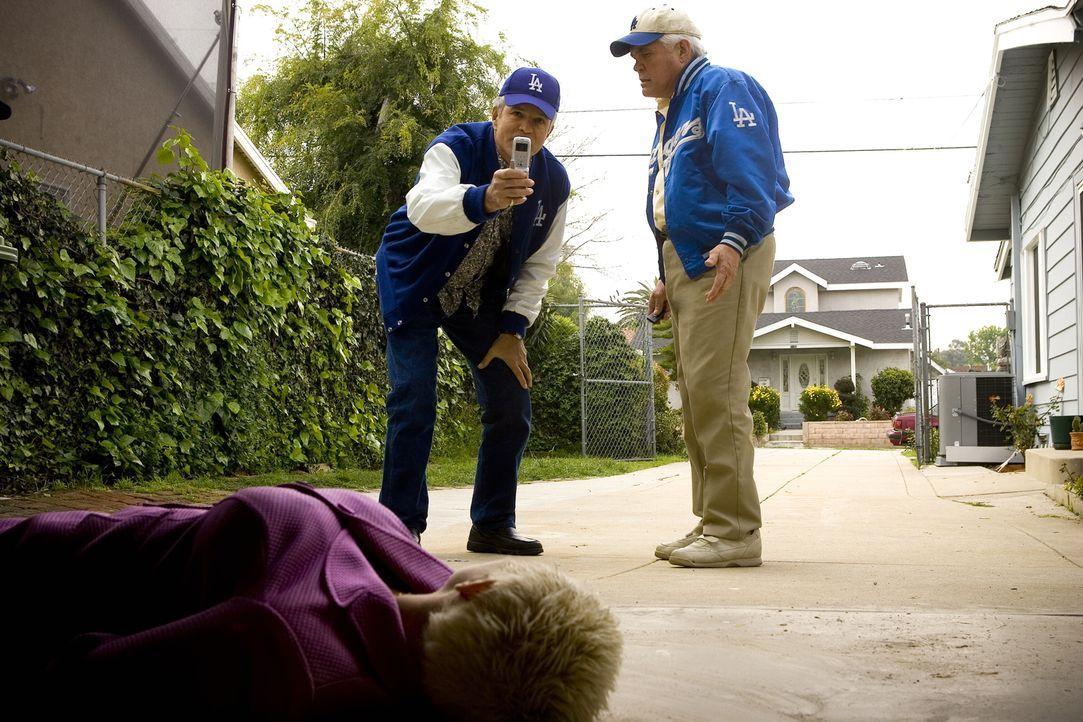 Ausgerechnet als sie sich auf den Weg zu einem Baseballspiel machen, finden Provenza (G.W. Bailey, r.) und Flynn (Anthony John Denison, l.) in Prove... - Bildquelle: Warner Brothers