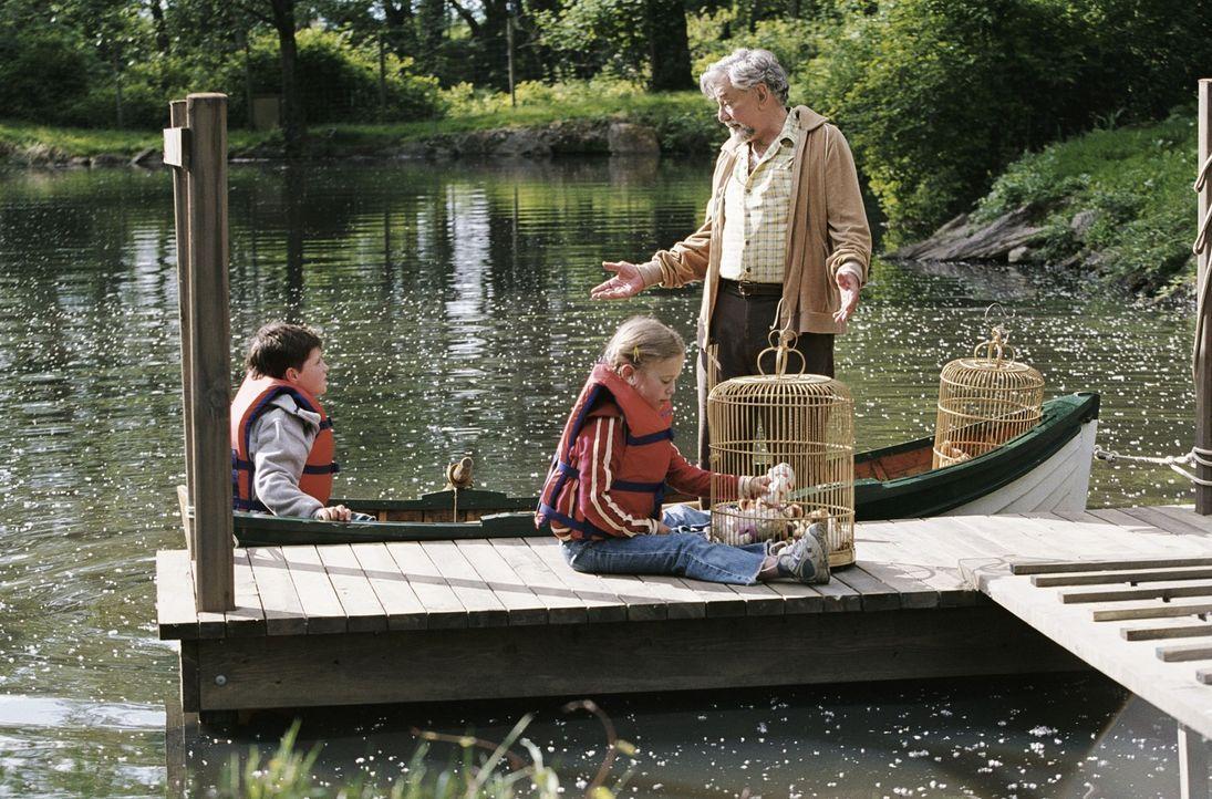 Für James Morse (Peter Falk, r.) gibt es nichts Schöneres, als seinem Enkel (Josh Hutcherson, l.) Geschichten zu erzählen. Als dieser jedoch an d... - Bildquelle: CBS International Television