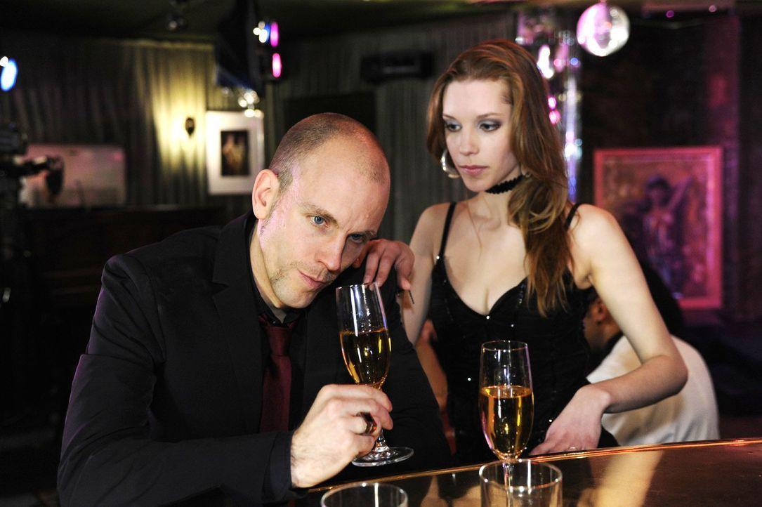 Gerrit (Lars Löllmann, l.) beginnt in der Bar eine selbstzerstörerische Sauftour. - Bildquelle: Oliver Ziebe Sat.1