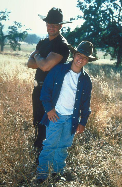 Nach anfänglichen Schwierigkeiten verstehen sich Tommy Biggs (Andrew Lawrence, r.) und Michael (Joey Lawrence, l.) wieder besser. - Bildquelle: Disney