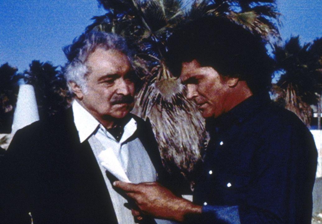 Jonathan (Michael Landon, r.) ist traurig, als ihm Hadajak mitteilt, dass er den Lauf des Films - und somit den Lauf der Geschichte - nicht ändern k... - Bildquelle: Worldvision Enterprises, Inc.