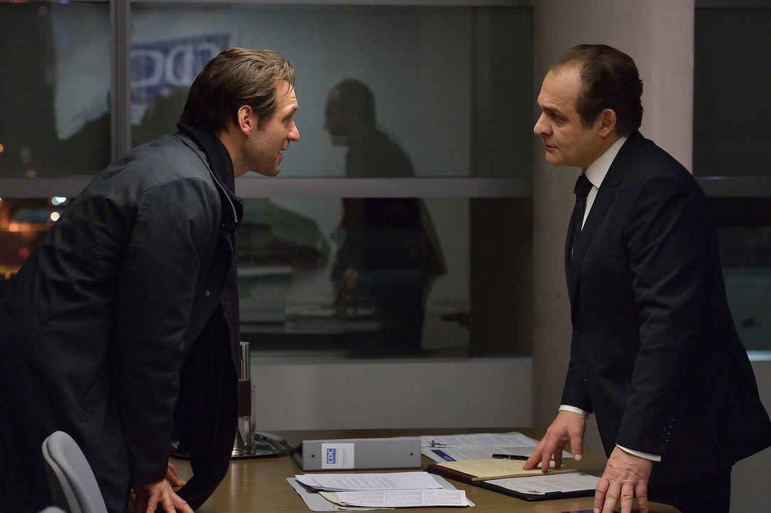 Eph (Corey Stoll, l.) versucht Everett (Daniel Kash, r.) davon zu überzeugen, dass mit dem Flugzeug auch ein grausamer Virus nach New York gekommen... - Bildquelle: 2014 Fox and its related entities. All rights reserved.