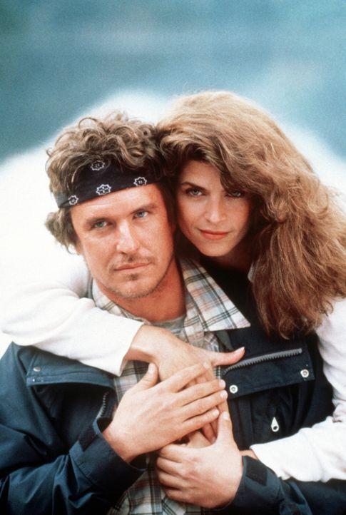 Als sich der flüchtende Killer einer Wandergruppe unter Führung von Jonathans (Tom Berenger, l.) Freundin Sarah (Kirstie Alley, r.) anschließt, begi... - Bildquelle: Buena Vista Pictures
