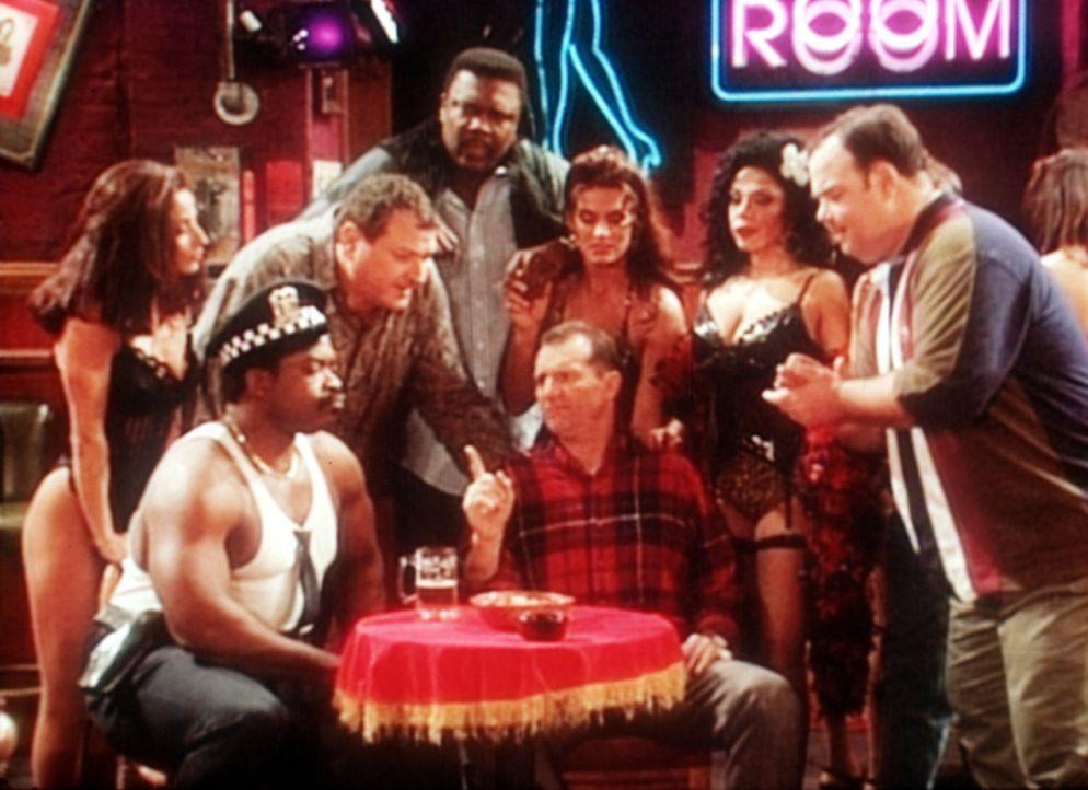 Al (Ed O'Neill, M.) und seine Freunde in der Nacktbar. Es wird beschlossen, Jefferson zu seinem 5. Hochzeitstag eine Hinterbackentätowierung anferti... - Bildquelle: Sony Pictures Television International. All Rights Reserved.