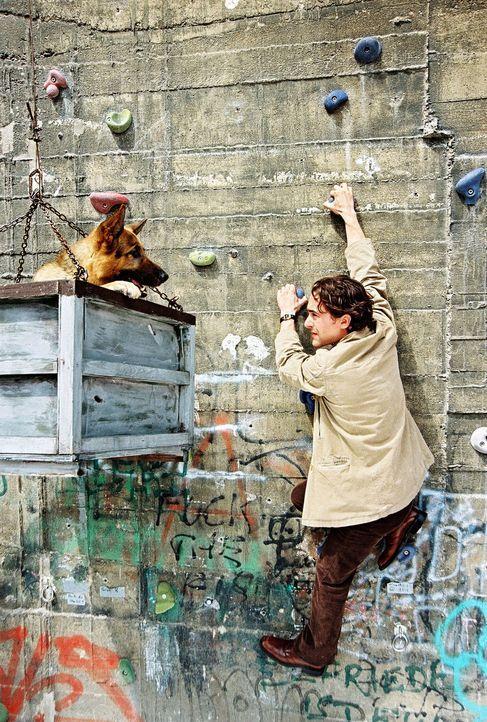 Rex und Marc (Alexander Pschill) versuchen den Turm zu besteigen. - Bildquelle: Ali Schafler Sat.1