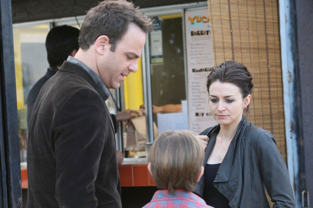 Während Cooper (Paul Adelstein, l.) glücklich mit seinem Sohn Mason (Griffin Gluck, M.) ist, gerät Amelias (Caterina Scorsone, r.) Drogensucht im... - Bildquelle: ABC Studios