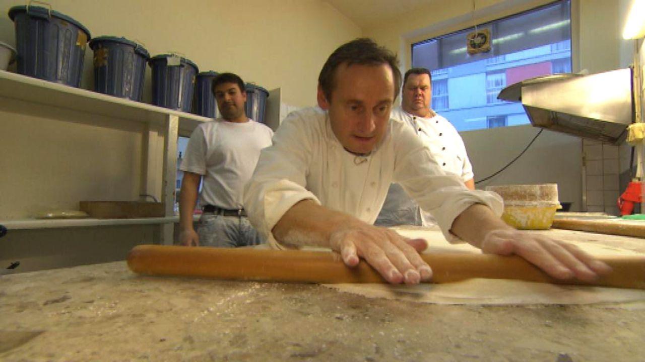 Bauchtanz, Baklava und begeisterte Bäcker. Diesmal tauchen die Torten-Tuner Frank Steidl (M.) und Thomas Horn r.) voll ein in die türkische Commun... - Bildquelle: kabel eins