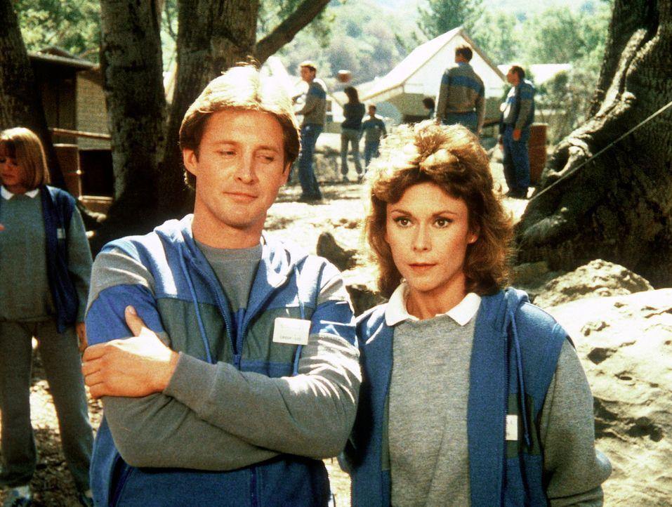In einem Camp für Agenten absolvieren Amanda (Kate Jackson, r.) und Lee (Bruce Boxleitner, l.) ein ganz besonderes Agenten-Training. - Bildquelle: CBS Television