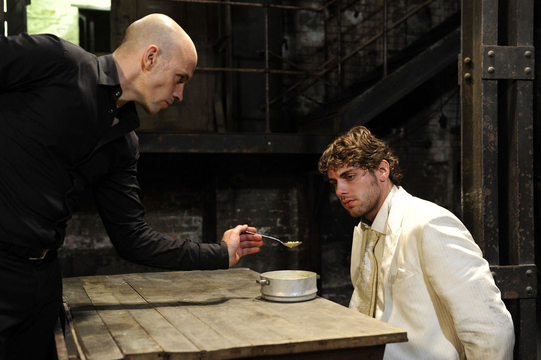Gerrit (Lars Löllmannn, l.) ist wieder da und führt nichts Gutes mit Jonas (Roy Peter Link, r.) im Schilde ... - Bildquelle: SAT.1