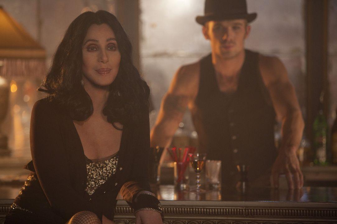 Das Potenzial, das Jake (Cam Gigandet, r.) sofort in Ali gesehen hat, muss Tess (Cher, l.) erst noch entdecken ... - Bildquelle: 2010 Screen Gems, Inc. All Rights Reserved.