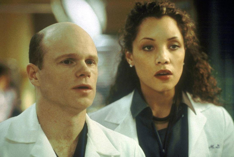 Dr. Romano (Paul McCrane, l.) maßregelt Cleo (Michael Michele, r.), weil sie das Leben eines Patienten gefährdet hat. - Bildquelle: TM+  2000 WARNER BROS.
