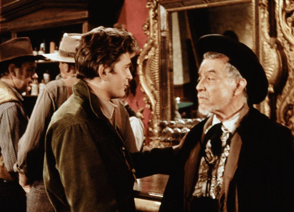 Wenn der alte Don Jose (Ramon Novarro, r.) einen über den Durst getrunken hat, behauptet er, einen Anspruch auf ein Stück Land der Cartwrights zu ha... - Bildquelle: Paramount Pictures