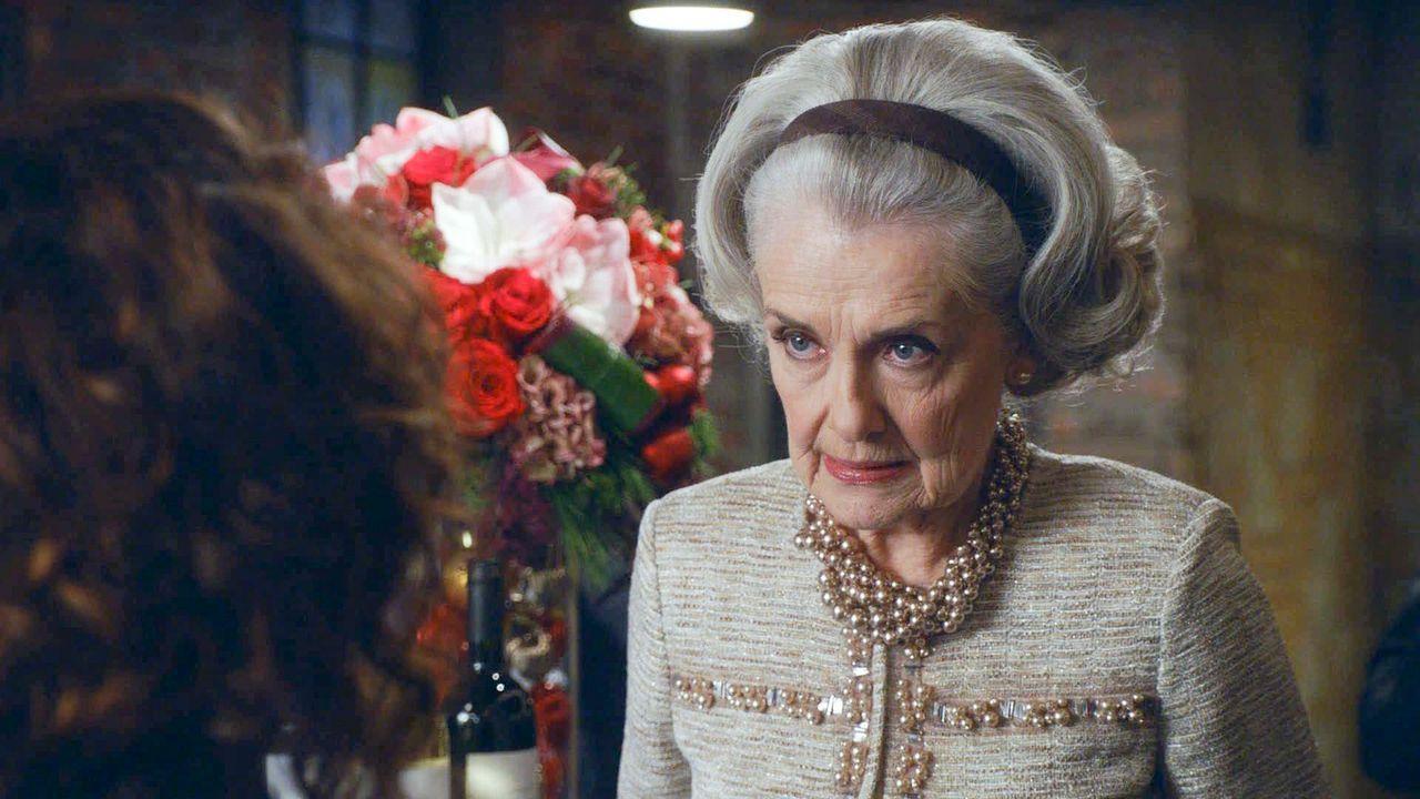 Alicia springt über ihren Schatten und lädt ihre Schwiegermutter Jackie (Mary Beth Peil) zur Firmen-Weihnachtsfeier ein. Ist das wirklich eine gute... - Bildquelle: 2013 CBS Broadcasting Inc. All Rights Reserved.