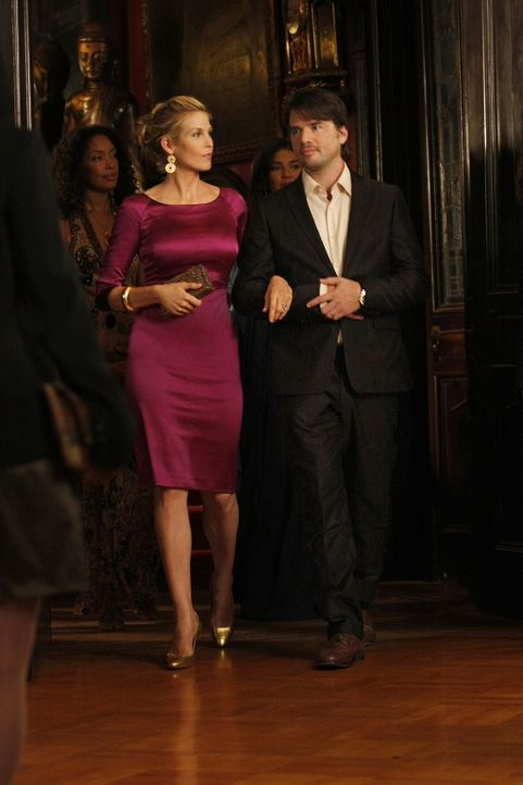 Lily (Kelly Rutherford, l.) und Rufus (Matthew Settle, r.) gehen als stolze Eltern zur Erstsemester-Feier der NYU. - Bildquelle: Warner Brothers