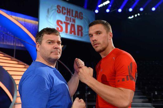 Schlag den Star - Fußballstar gegen Fußballfan: Lukas Podolski (r.) und Elton...