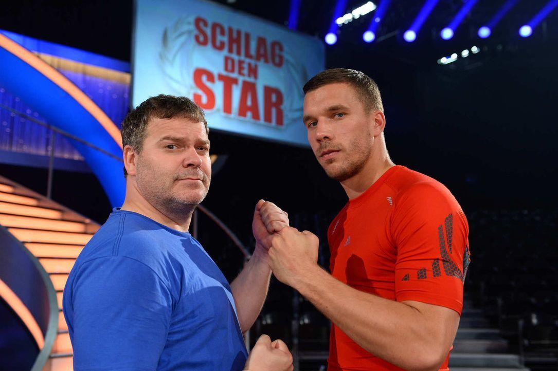 Fußballstar gegen Fußballfan: Lukas Podolski (r.) und Elton (l.) ... - Bildquelle: Willi Weber ProSieben