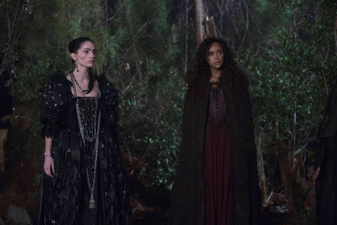 Tituba (r.) offenbart Mary ein Geheimnis, dass diese möglicherweise für immer an den Hexenzirkel binden wird ... - Bildquelle: 2013-2014 Fox and its related entities.  All rights reserved.
