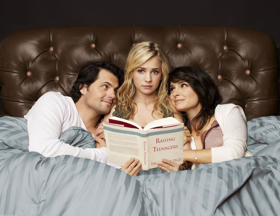 (2. Staffel) - Werden sie wirklich zu einer richtigen Familie zusammenwachsen? Lux (Brittany Robertson, M.), Cate (Shiri Appleby, r.) und Nate (Kris... - Bildquelle: 2010 The CW Network, LLC. All Rights Reserved.