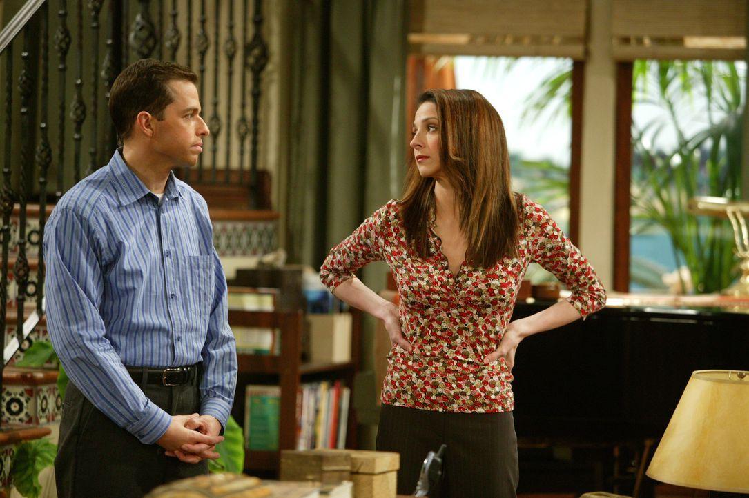 Als Judith (Marin Hinkle, r.) erfährt, dass ihre Schwester sich an Alan (Jon Cryer, l.) ranmacht, versucht sie mit allen Mittel, dies zu verhindern... - Bildquelle: Warner Bros. Television