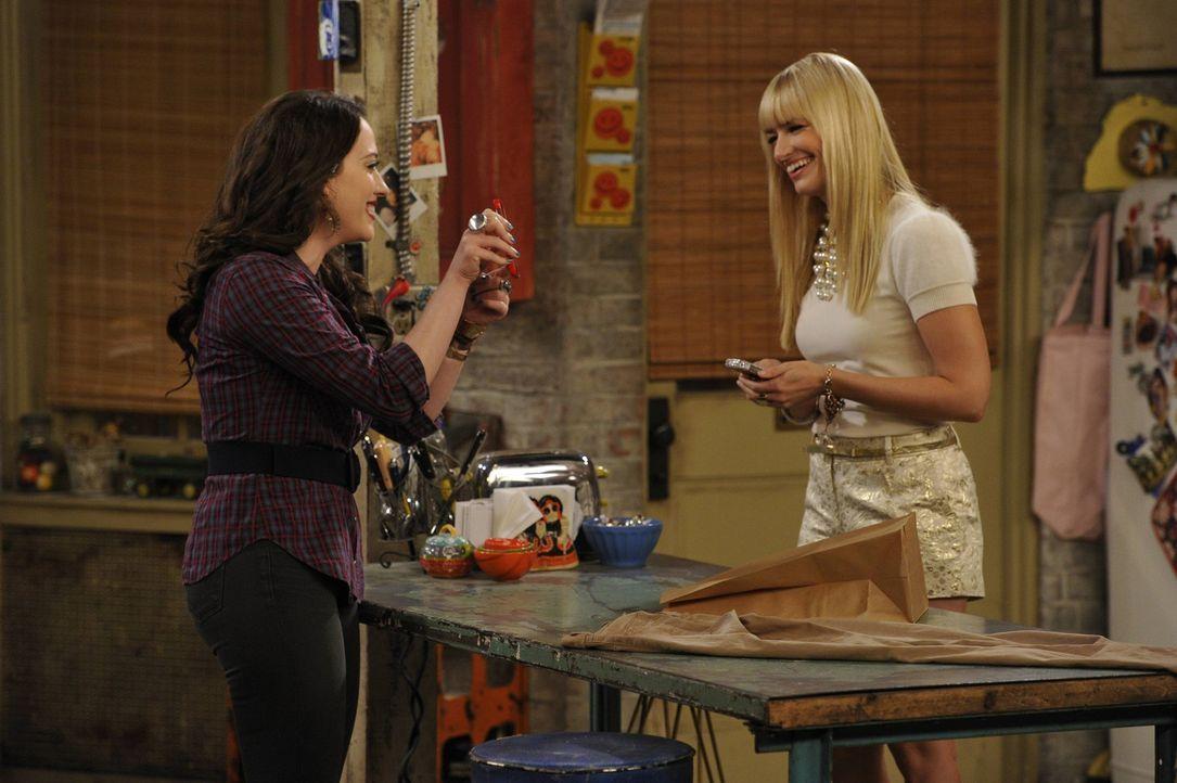 Ihre Freundschaft wird erneut auf eine harte Probe gestellt: Caroline (Beth Behrs, r.) und Max (Kat Dennings, l.) ... - Bildquelle: Warner Brothers