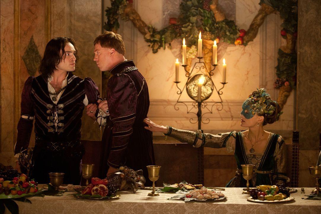 Als Tybalt (Ed Westwick, l.) erkennt, wer die Nähe seiner Großnichte sucht, möchte er am liebsten sofort gegen ihn in den Kampf ziehen. Können Lord... - Bildquelle: 2013 R & J Releasing, Ltd.  All Rights Reserved.
