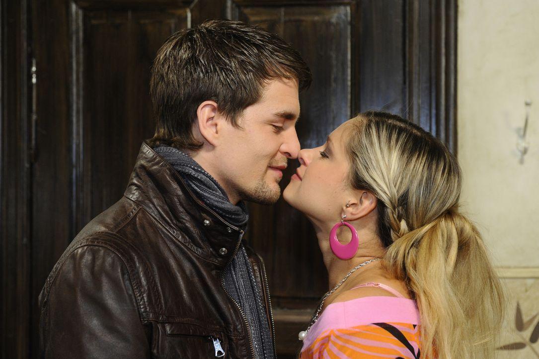 Sind glücklich miteinander: Lars (Alexander Klaws, l.) und  Mia (Josephine Schmidt, r.) ... - Bildquelle: SAT.1