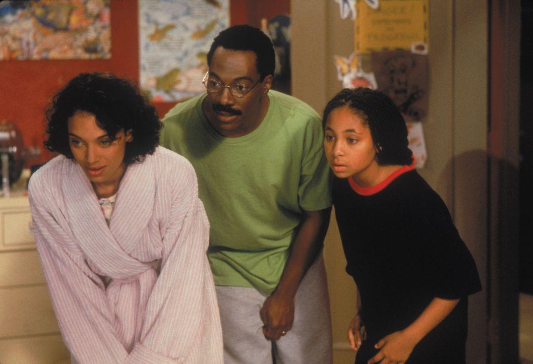 Dr. Dolittle (Eddie Murphy, M.), seine Frau Lisa (Kristen Wilson, l.) und seine Tochter Charisse (Raven Symone, r.) begrüßen einige vierbeinige Neua... - Bildquelle: 1998 Twentieth Century Fox Film Corporation. All rights reserved.