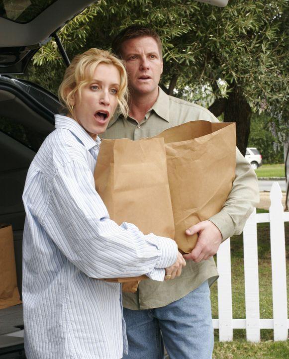 Als Lynette (Felicity Huffman, l.) und Tom (Doug Savant, r.) erfahren, dass ihre Söhne in der Nachbarschaft stehlen, sind sie entsetzt ... - Bildquelle: Touchstone Television