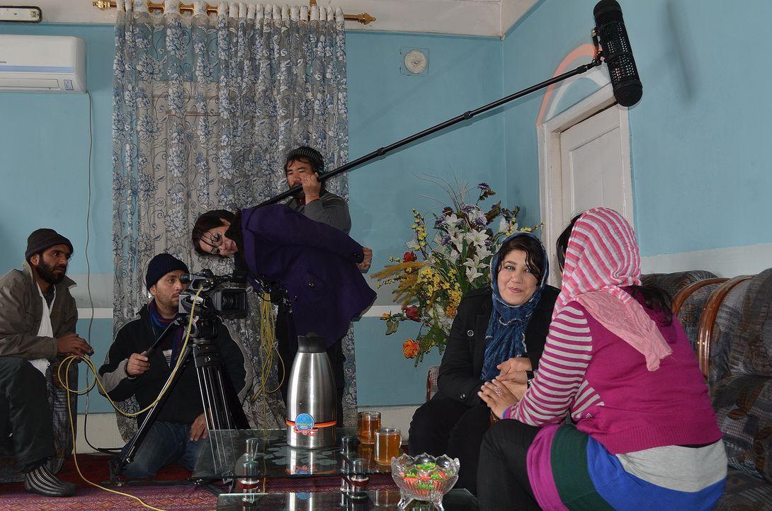 In einem Land, indem nur wenige Frauen überhaupt arbeiten, ist die mutige Saba (hinten, M.) die erste weibliche Filmproduzentin. Leider sehen viele... - Bildquelle: Quicksilver Media 2012