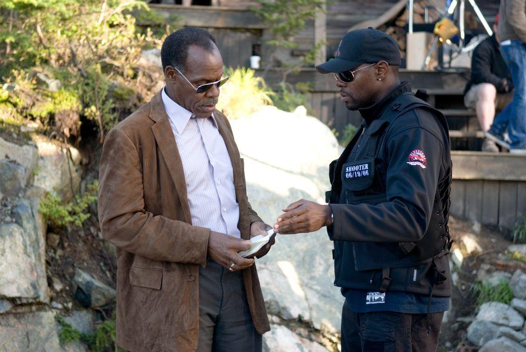 Colonel Johnson (Danny Glover, l.) spürt den einstigen Scharfschützen Bob Swagger auf, damit dieser ein angedrohtes Attentat auf den Präsidenten... - Bildquelle: Copyright   2007 by PARAMOUNT PICTURES. All Rights Reserved.