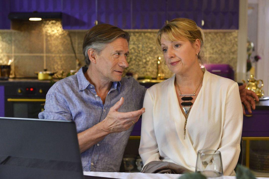 Felicitas (Claudia Lietz, r.) versucht alles, um Hendrik (Stephan Baumecker, l.) deutlich zu machen, dass sie den Job als Sprechstundenhilfe nicht m... - Bildquelle: Oliver Ziebe sixx