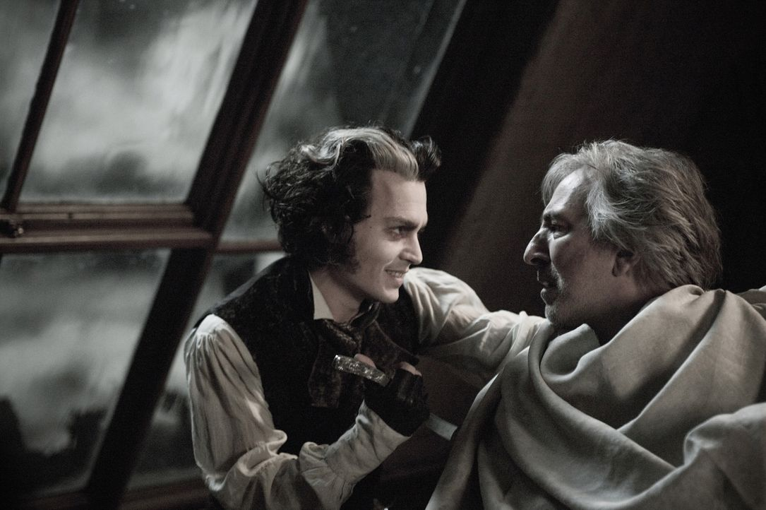 Lange muss der mörderische Friseur Sweeney Todd (Johnny Depp, l.) auf das Erscheinen des verhassten Richters Turpin warten, der noch immer seine Toc... - Bildquelle: Warner Bros.