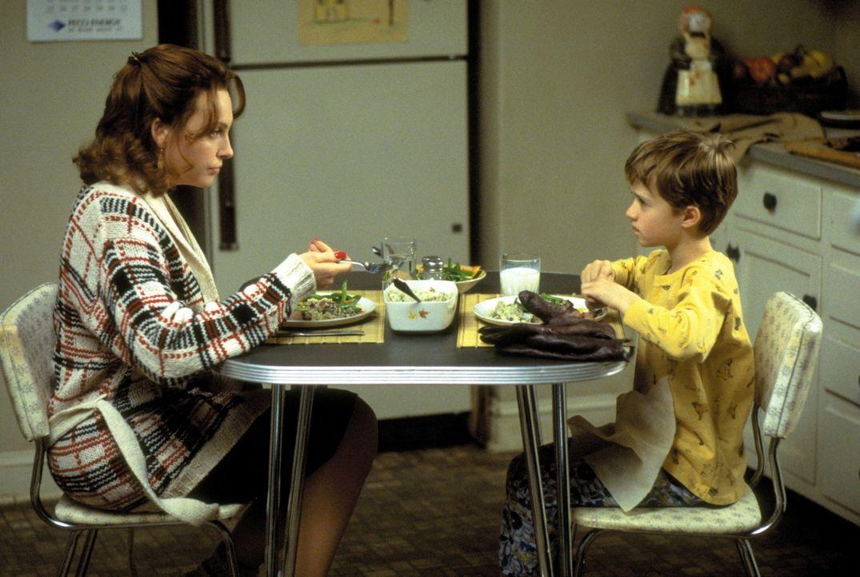 Für Coles (Haley Joel Osment, r.) Mutter Lynn (Toni Collette, l.) sind die vielen rätselhaften Dinge, die ihrem Sohn zustoßen, völlig unverstän... - Bildquelle: Buena Vista Pictures
