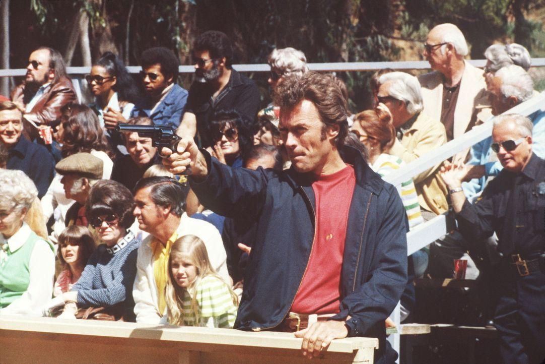Am Schießstand stellt Callahan (Clint Eastwood, M.) sein Können unter Beweis ... - Bildquelle: Warner Bros.