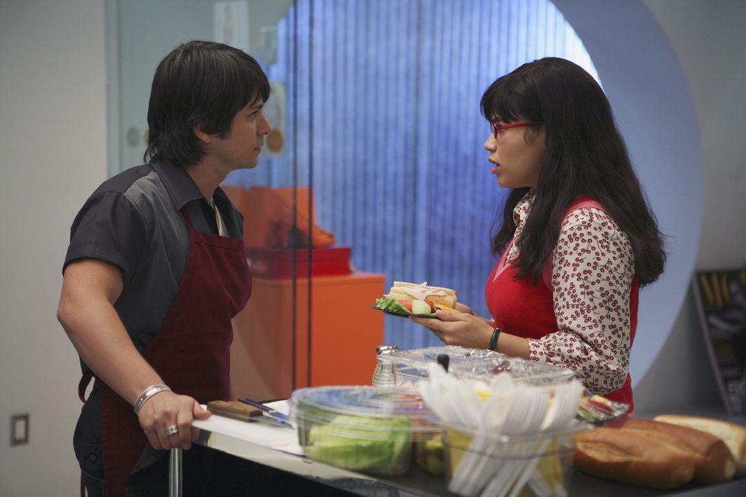 Betty (America Ferrera, r.) ärgert sich über Giovanni (Freddy Rodriguez, l.), den neuen Sandwichmann. Als sie sich bei Daniel darüber beschwert, sor... - Bildquelle: Buena Vista International Television