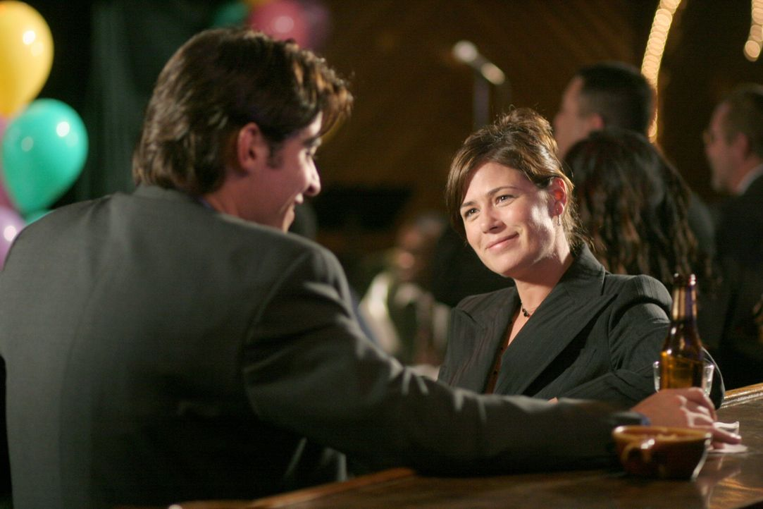 Flirten ausgiebig auf Neelas und Michaels Hochzeitsfeier: Abby (Maura Tierney, r.) und Luka (Goran Visnjic, l.) ... - Bildquelle: Warner Bros. Television